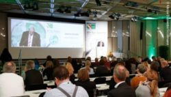 Photo: Opening speech at the REHACARE Congress 2017, view over the audience onto the stage and the lectern; Copyright: Messe Düsseldorf/ctillmann